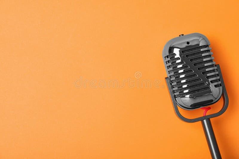Retro microfono sul fondo di colore, vista superiore con spazio per testo fotografia stock