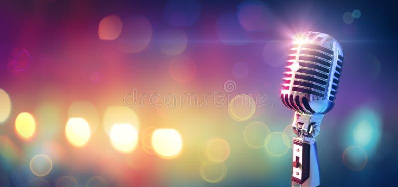 Retro microfono sulla fase fotografia stock libera da diritti