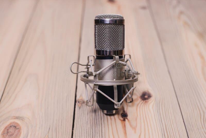 Retro- Mikrofon angebracht an einer hölzernen Plattform mit einem Volumen von stockfotos