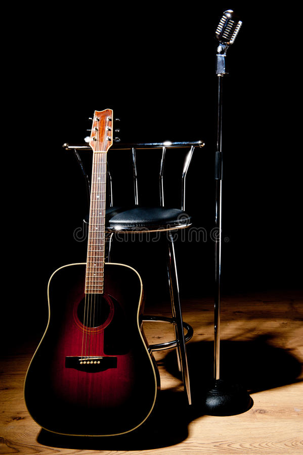 Retro- Mikrofon, Schemel und Gitarre lizenzfreie stockfotos