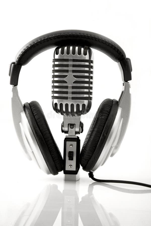 Retro- Mikrofon u. DJ-Kopfhörer stockfoto