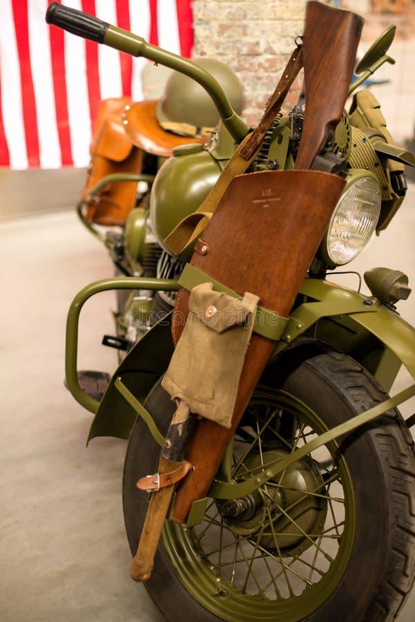 Retro militär amerikansk motorcykel av skyddande färg på före detta royaltyfria foton