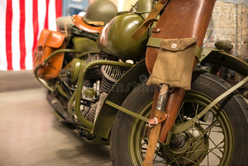 Retro militär amerikansk motorcykel av skyddande färg på före detta arkivbilder