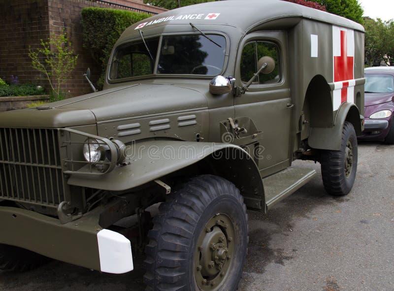 Retro militaire ziekenwagen in buurt stock foto
