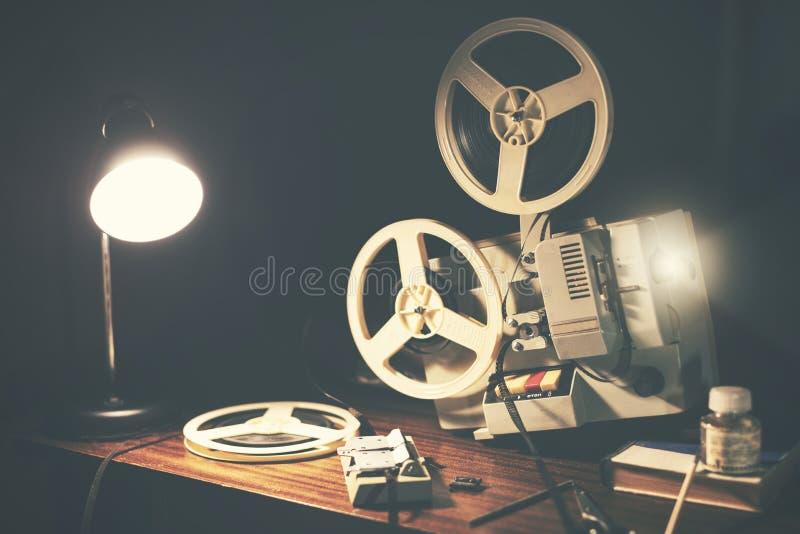 Retro 8mm filmprojektor p? tabellen arkivfoton
