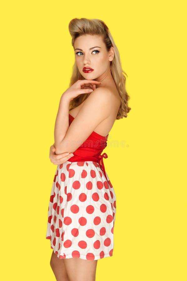 Retro moda model w czerwonych polek kropkach obrazy royalty free