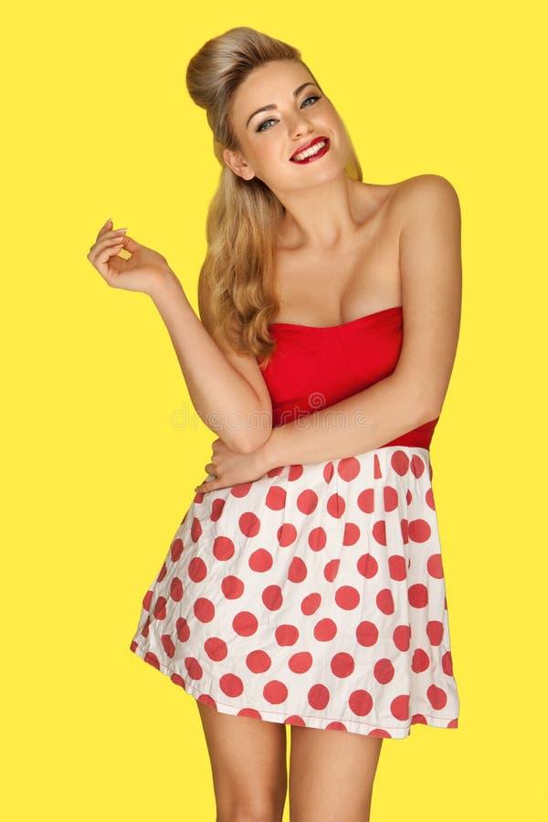 Retro Mode-Modell in den roten Tupfen lizenzfreie stockfotos