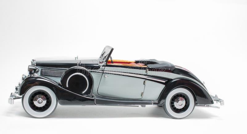 Retro modell för bil för svart- och grå färgfärgtappning som klassisk isoleras på vit grå bakgrund royaltyfria foton