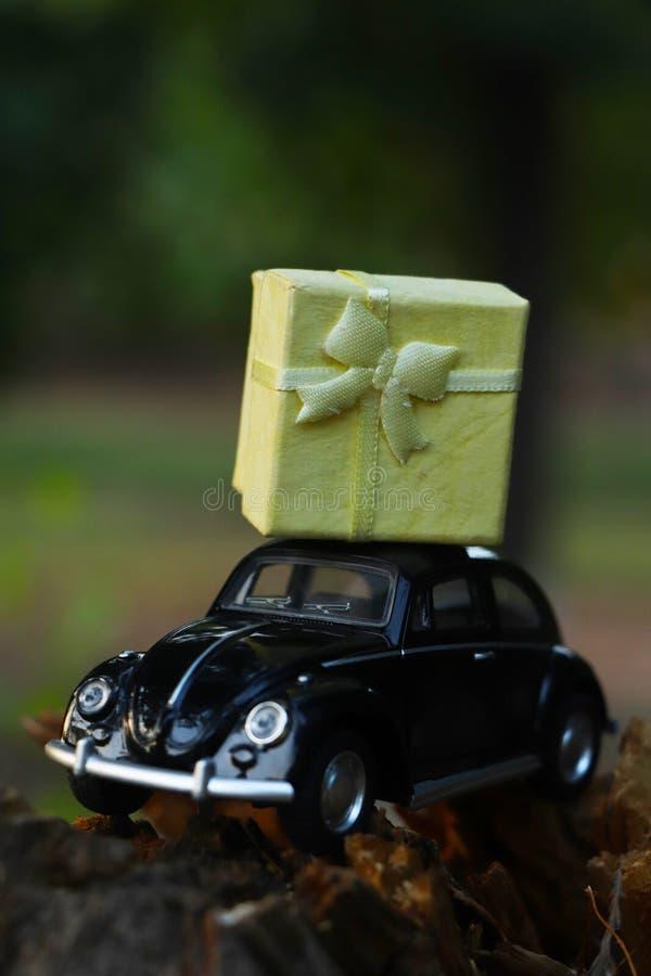 Retro- Modellauto des schwarzen Spielzeugs, das Geschenkbox für Valentinstag liefert Romance, Geschäft stockfoto
