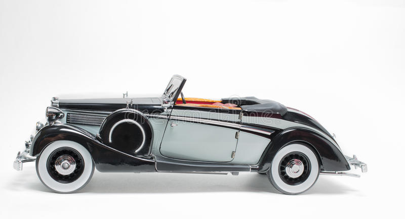 Retro modello classico d'annata dell'automobile di colore nero e grigio isolato su fondo grigio bianco fotografie stock libere da diritti