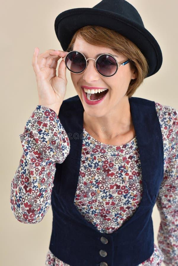 Retro moderiktig flicka med solglasögon fotografering för bildbyråer