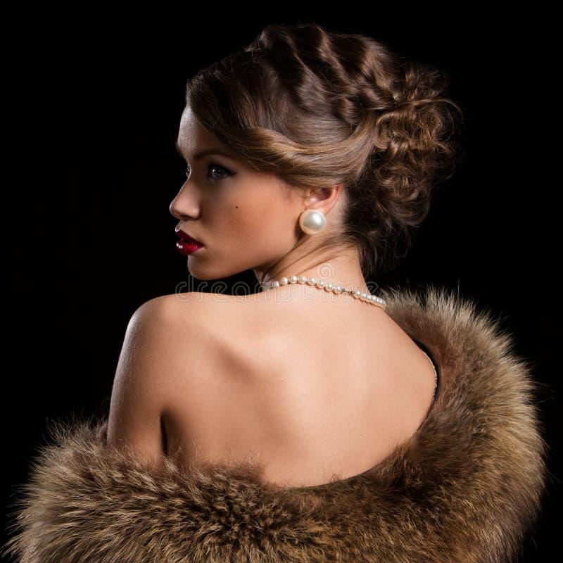 Retro. Mooie, aantrekkelijke vrouw die bont dragen royalty-vrije stock foto