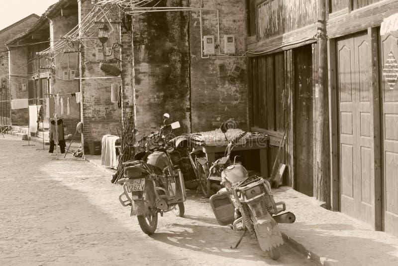 Retro motociclette nella città antica di Xingping, Cina immagini stock