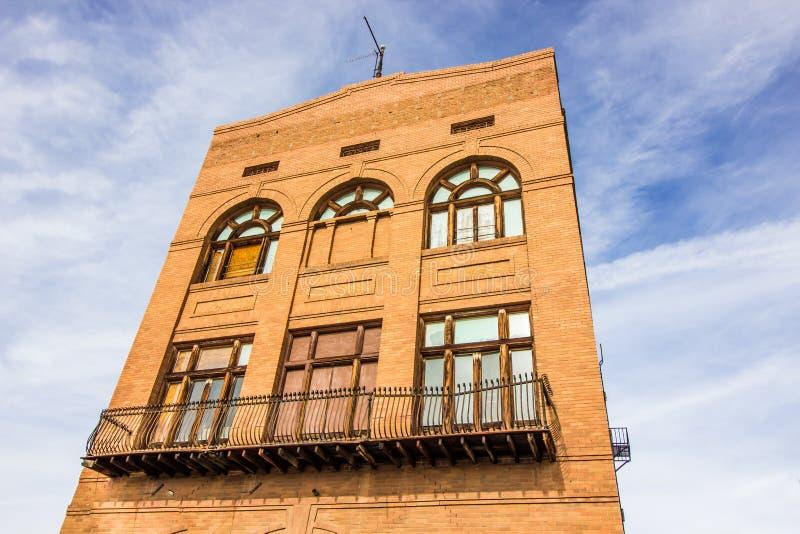 Retro multi costruzione di mattone di storia con imbarcato su Windows fotografia stock