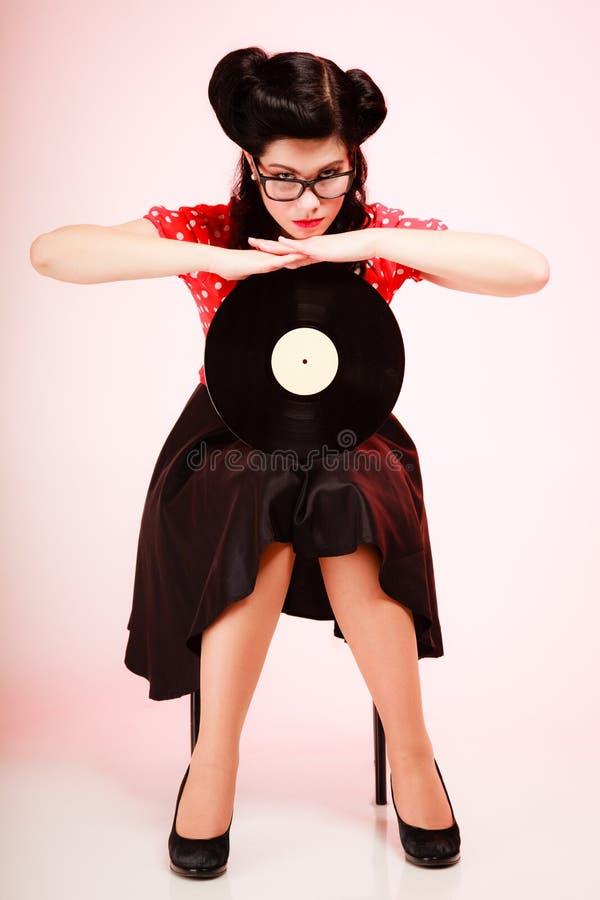 Retro- Musik Pinupmädchen mit Vinylaufzeichnung stockbilder