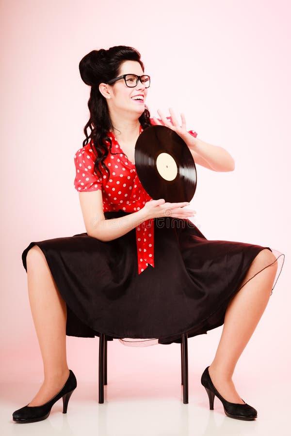 Retro- Musik Pinupmädchen mit Vinylaufzeichnung stockfotos