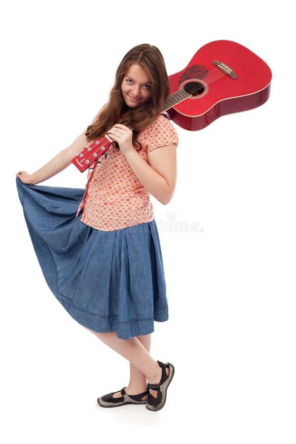 Retro nastoletnia dziewczyna z czerwoną gitarą obraz stock