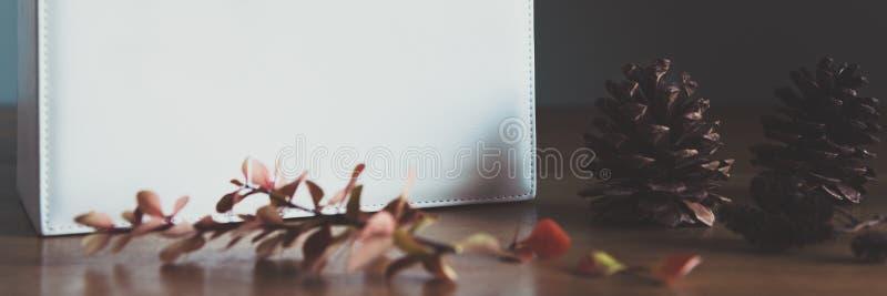 Retro-, natürliche und einfache Weihnachtsinneneinrichtung mit schönem Fensterlicht Weihnachtsgeschenk auf einer Tabelle Weihnach lizenzfreies stockfoto