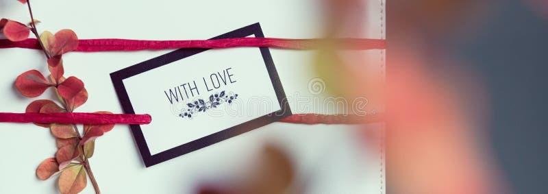 Retro, naturlig och enkel xmas-gåva jul DIY som slår in begrepp arkivfoto