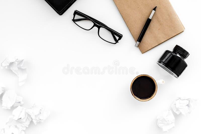 Retro och modernt författareskrivbord med för tabellbakgrund för kaffe och för färgpulver vit åtlöje för bästa sikt upp royaltyfria foton