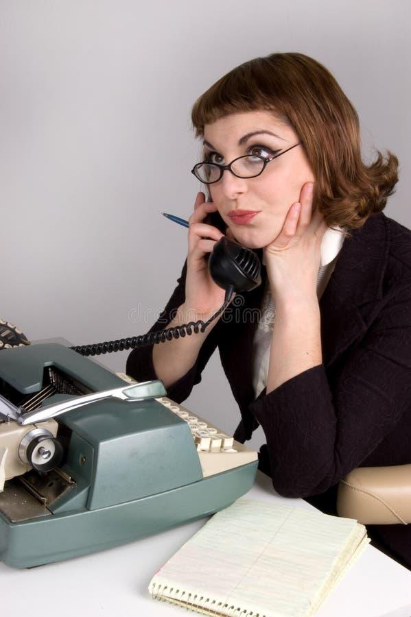 Retro onderneemster op de telefoon. royalty-vrije stock afbeeldingen