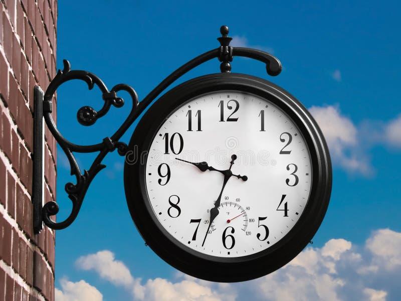 Retro orologio esterno immagini stock libere da diritti