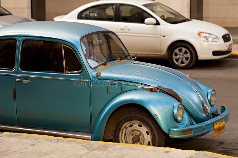 Retro oude auto in een stadsstraat stock afbeelding