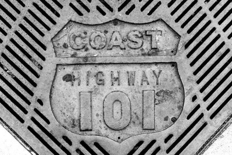 Retro oude uitstekende kustweg 101 roosterclose-up in zwart-wit stock afbeelding
