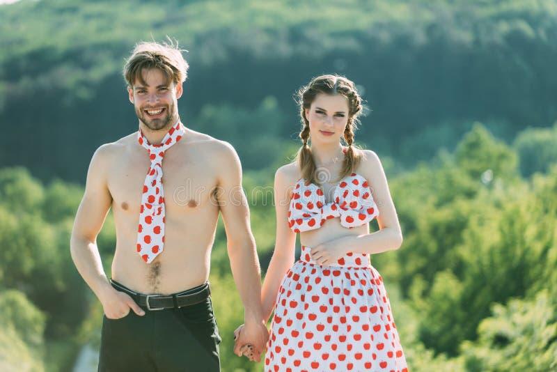 Retro- Paarkonzept Retro- Paare in der Liebe Retro- Paare von Liebhabern auf Sommernatur Retro- Paare des Mannes und der Frau an lizenzfreie stockbilder