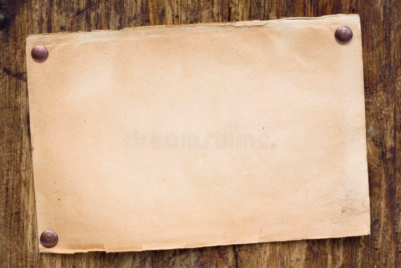 Retro- Papier auf hölzerner Wand lizenzfreie stockfotografie