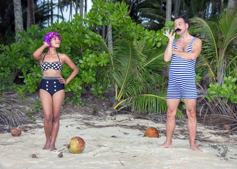 Retro par på stranden royaltyfri foto