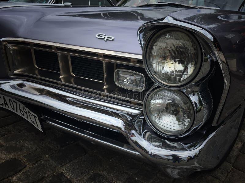 Retro parade oude retro of uitstekende auto of automobiele voorkant en achterkant met voorlichten of koplampen en radiatorgrill royalty-vrije stock afbeeldingen