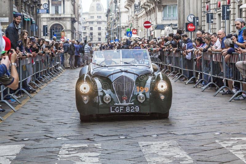 Retro parade van Mille Miglia-auto's in Milaan royalty-vrije stock foto