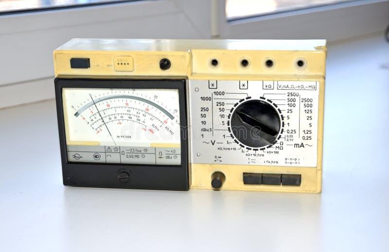 Retro parallell multimeter Producerat i Sovjetunionenet royaltyfri foto
