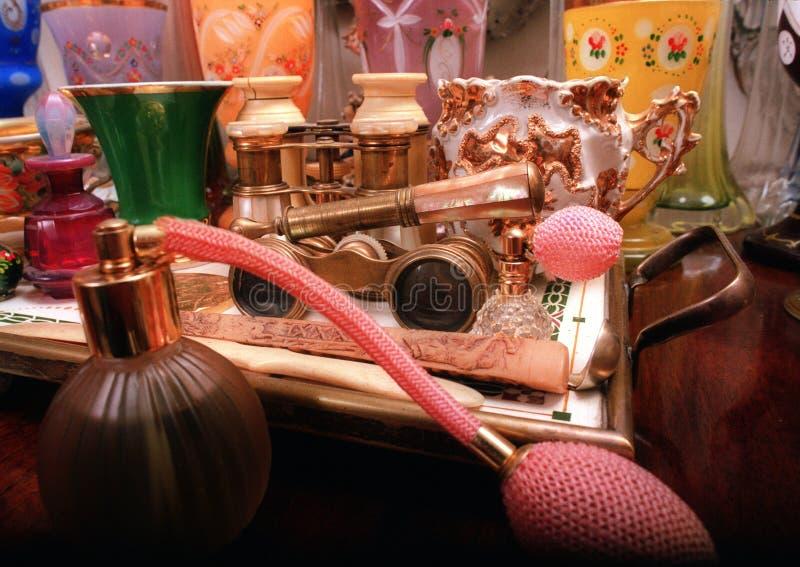 Retro parfumfles en gestapelde voorwerpen stock afbeelding