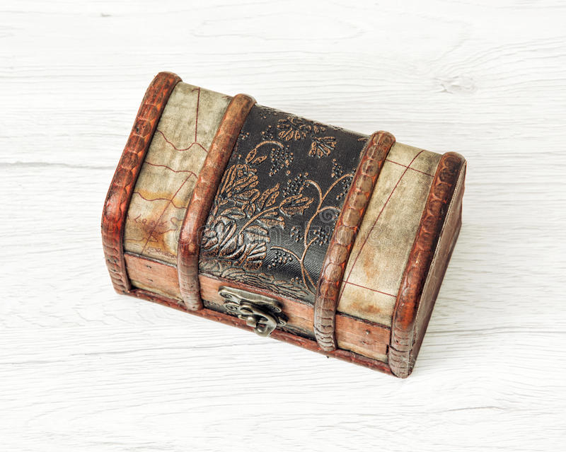 Retro petto di legno dei soldi per le monete immagini stock