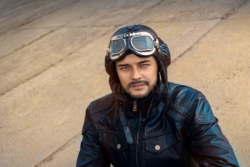 Retro pilot Portrait med exponeringsglas och tappninghjälmen arkivfoton