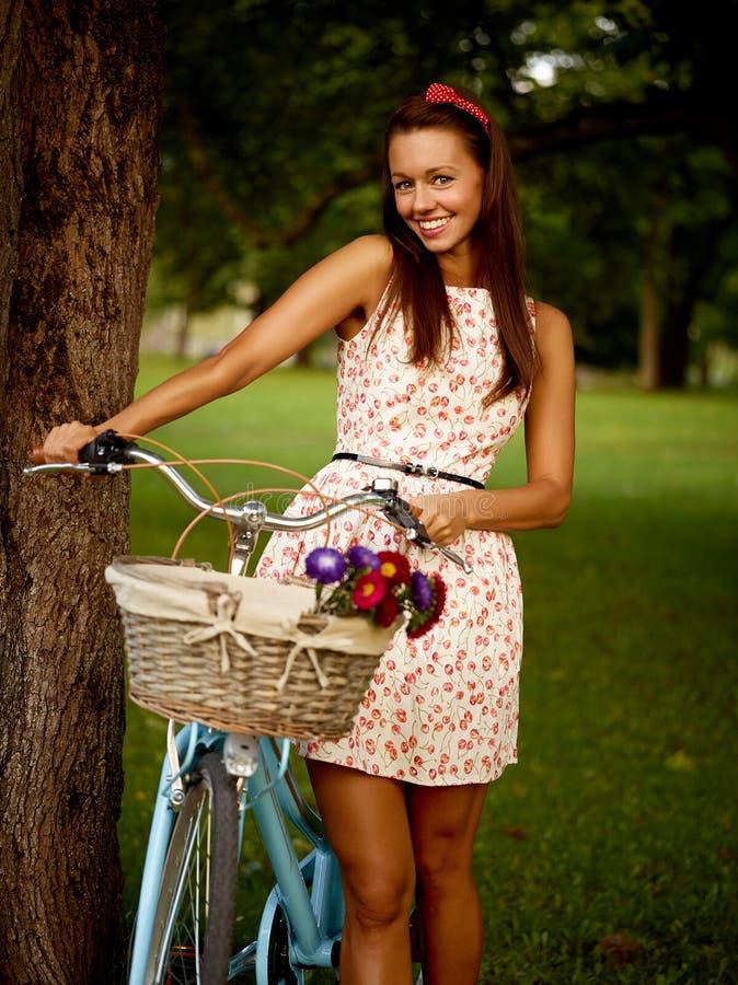 Retro pinup dziewczyna z rowerem fotografia stock