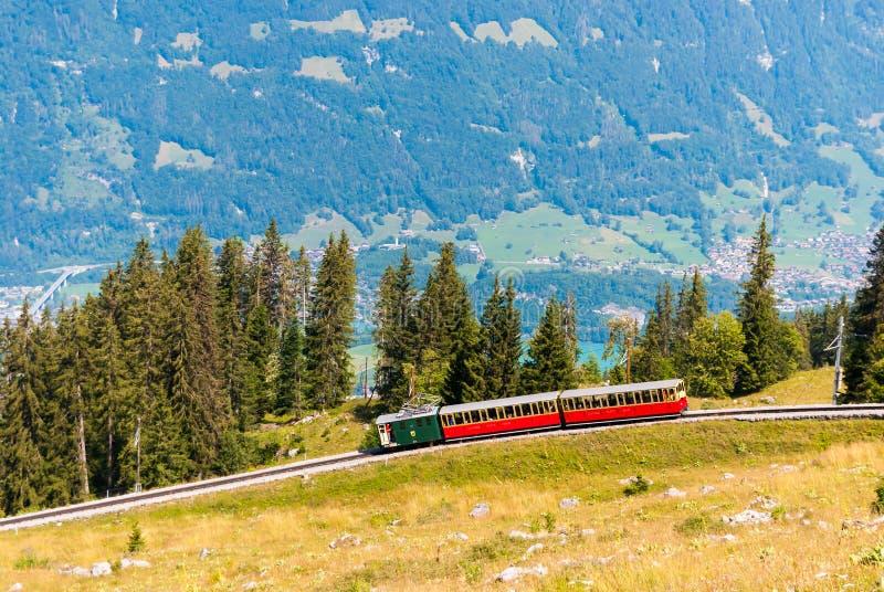 Retro pociąg pasażerski rusza się od Schynige Platte Interlaken Szwajcaria obraz stock