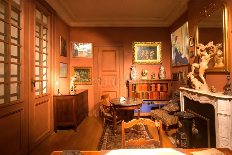 Retro pokój z półkami na książki, stare grafika, antykwarski meble wśrodku Królewskiej biblioteki zdjęcia royalty free