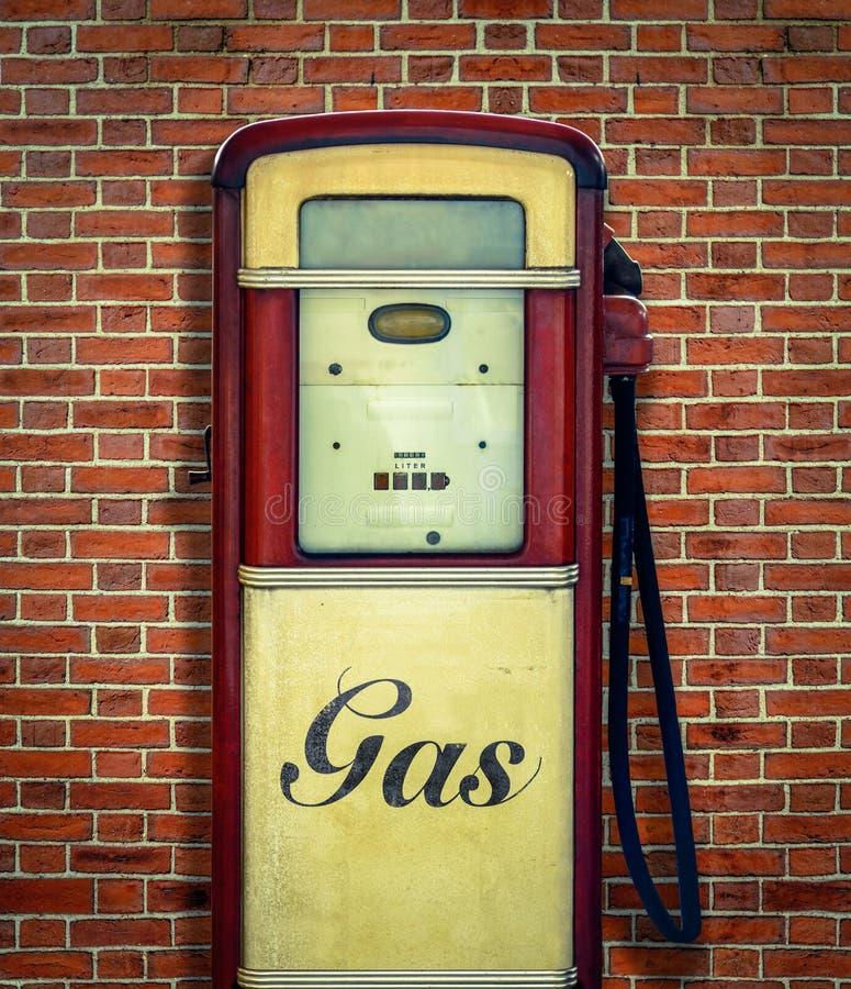 Retro pompa di benzina d'annata fotografia stock libera da diritti
