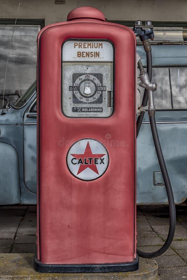 Retro pompa di benzina rossa fotografia stock