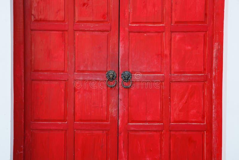Retro porta di legno d'annata rossa sul fondo bianco della parete Progettazione interna domestica di architettura, pannello di le immagini stock