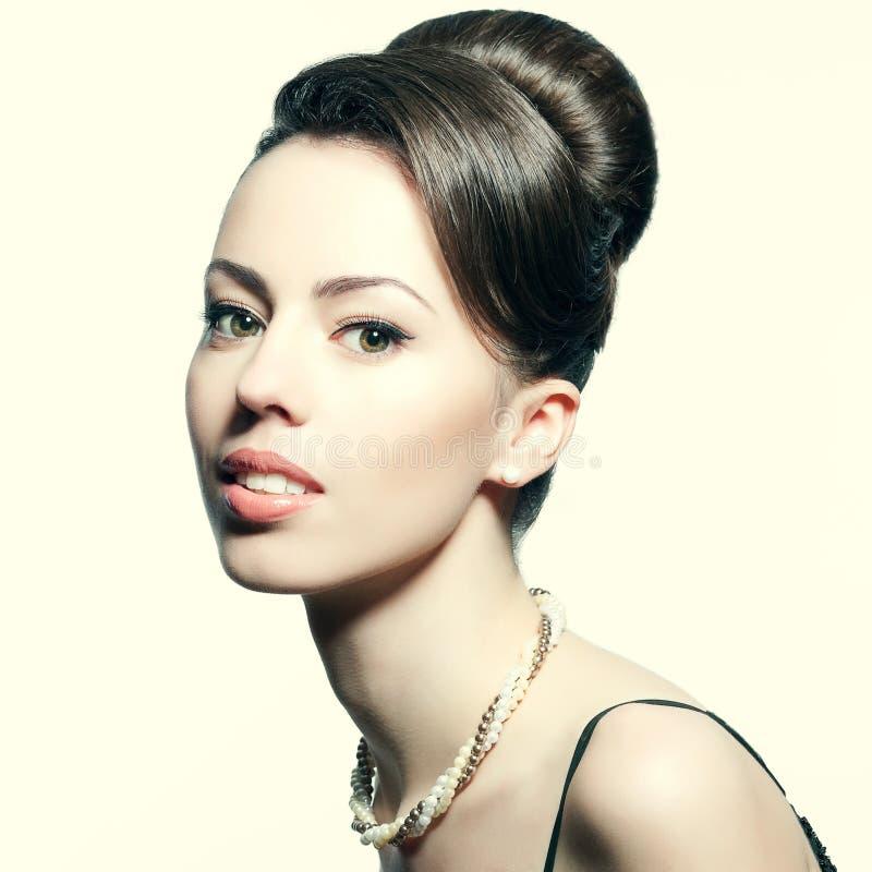 Retro- Porträt der lächelnden Schönheit mit Perlen lizenzfreie stockfotografie