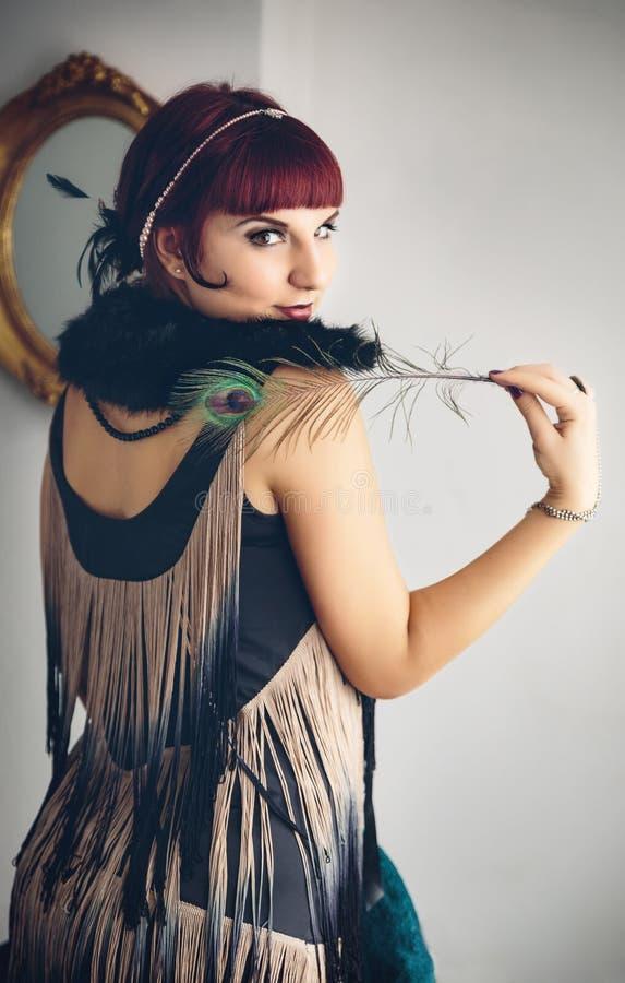 Retro- Porträt der Schönheit mit einer Feder in Weinlese styl lizenzfreies stockfoto