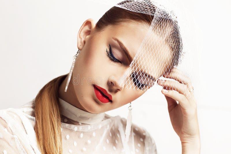 Retro- Porträt der Schönheit mit stilvollem Hut und elegantem Weiß punktierte Bluse geschlossene Augen lizenzfreies stockbild