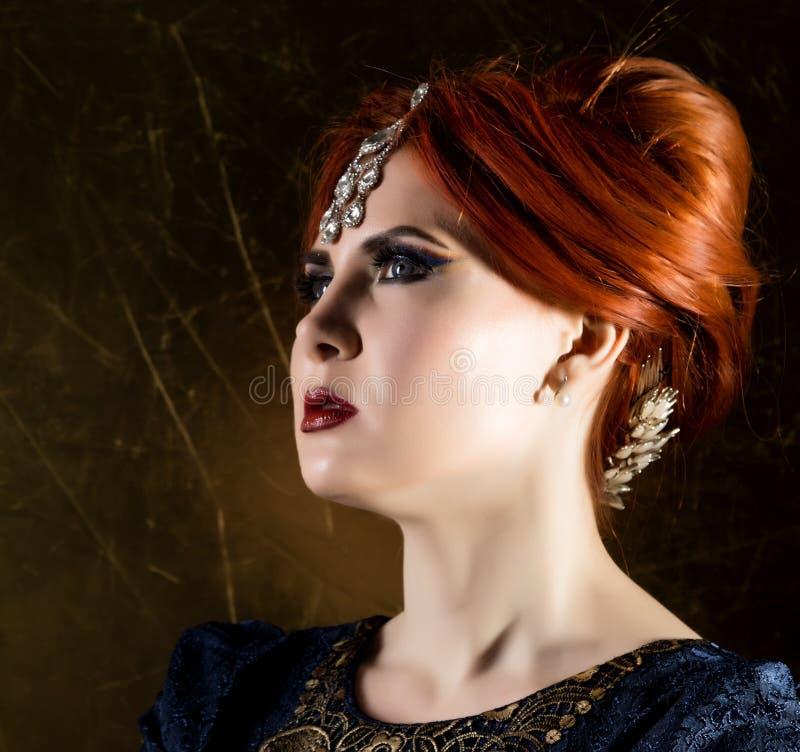 Retro- Porträt einer Schönheit auf einem dunklen Hintergrund attraktives Mädchen in der Weinleseart lizenzfreies stockfoto