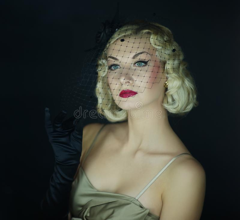 Retro- Portrait der schönen blonden Frau. stockbilder