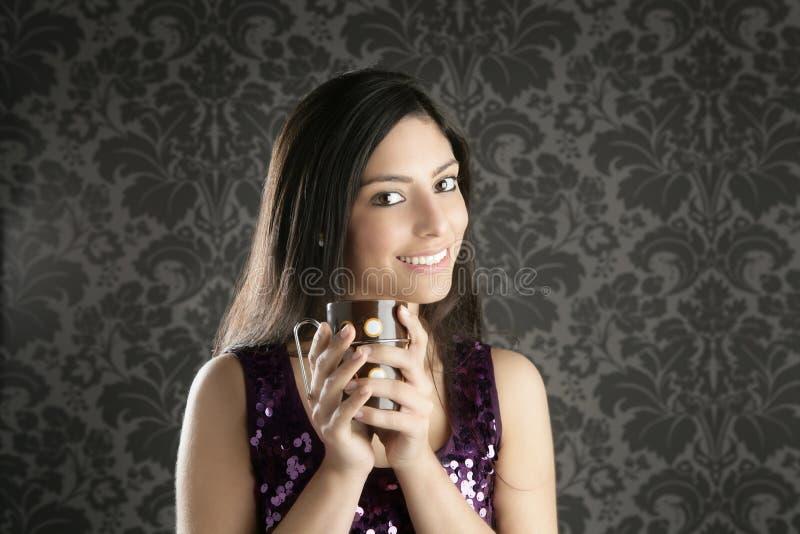 Retro- Portrait der schönen Frau des Kaffeetasse Brunette stockfotografie