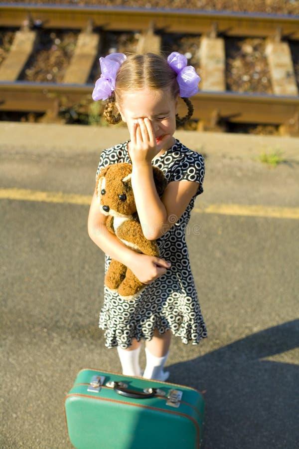 Retro portret dziewczyna przy kolejową platformą troszkę zdjęcia royalty free